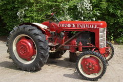 Alte Weinlese Landwirtschafts-roter Traktor Lux Cormick Farmall Lizenzfreie Stockfotografie