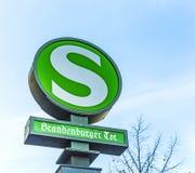 Alte Weinlese S-Bahn unterzeichnet Brandenburger-Felsen Stockbild