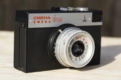Alte Weinlese Smena 8M filterte Kamera auf hölzernem Hintergrund Stockbild