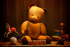 Alte Weinlese-Teddybär-und Antike-Spielwaren im Dachboden Lizenzfreie Stockfotos