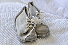 Alte Weinlese-weiße Babyschuhe Stockbild