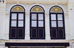 Alte Weinlese Windows auf Zement-Wand mit Chinesisch-portugiesischem Stockfotos