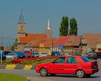 Alte Weinleseautos vor der Kirche von Sebes, Rumänien lizenzfreie stockbilder