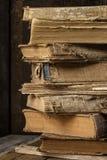 Alte Weinlesebücher auf hölzernem Schreibtisch Retro- Art Lizenzfreies Stockfoto