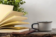 Alte Weinlesebücher, Tasse Tee, Kuchen und Schlüssel auf rustikalem Holztisch Stockfoto
