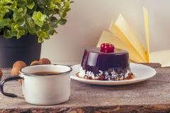 Alte Weinlesebücher, Tasse Tee, Kuchen und Schlüssel auf rustikalem Holztisch Stockfotografie