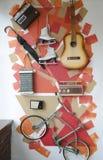 Alte Weinleseeinzelteile hängen an der Wand als Dekoration Stockbilder