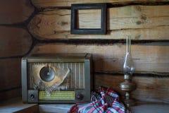 Alte Weinleseeinzelteile im alten ländlichen verlassenen Haus Lizenzfreie Stockfotos