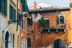 Alte Weinlesegrünfenster und -balkone in Verona Stockfotografie
