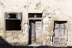 Alte Weinlesegrünholztür und -fenster Stockfoto