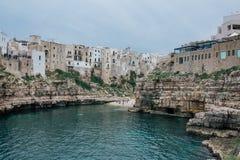 Alte Weinlesehäuser auf den Felsen der Küste in Polignano ein Stute apulia Italien Lizenzfreies Stockbild