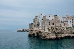 Alte Weinlesehäuser auf den Felsen der Küste in Polignano ein Stute apulia Italien Stockfotos