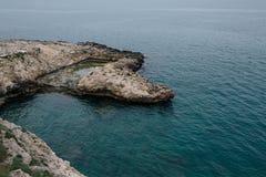 Alte Weinlesehäuser auf den Felsen der Küste in Polignano ein Stute apulia Italien Lizenzfreie Stockfotografie