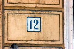 Alte Weinlesehaus-Adreßblaues Metall Nr. 12 zwölf Lizenzfreie Stockbilder