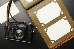 Alte Weinlesekamera mit Album Lizenzfreie Stockfotografie