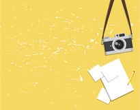 Alte Weinlesekamera und -fotos auf einem gelben Hintergrund Lizenzfreies Stockfoto