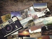 Alte Weinlesekamera und -fotos auf einem hölzernen Hintergrund Lizenzfreies Stockfoto