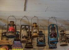 Alte Weinleselaternen, die von der Decke hängen lizenzfreies stockfoto
