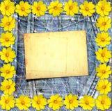 Alte Weinlesepostkarte mit schönen gelben Blumen auf Jeans Stockbilder