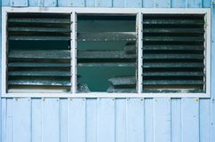 Alte Weinlesescheune mit und zerbrochene Fensterscheibe stockbild