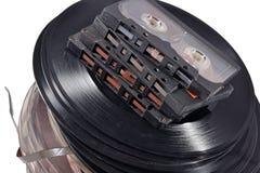 Alte Weinlesespulen, Vinylaufzeichnungen und Kassetten auf einem Weiß Lizenzfreies Stockbild