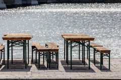 alte Weinlesestühle des allgemeinen Biergartens und Sitzbänke, Tabellen a Lizenzfreie Stockfotografie