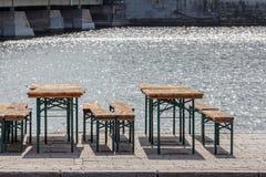 alte Weinlesestühle des allgemeinen Biergartens und Sitzbänke, Tabellen a Stockbilder