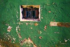 Alte Weinlesewand mit zerbrochener Fensterscheibe lizenzfreie stockbilder
