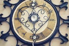 Alte Weinlesewanduhr mit römischen Zahlen und dekorativer Metallautor entwerfen Herz anstelle rechts herum Abstrakte Zusammensetz Lizenzfreies Stockbild
