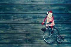 Alte Weinleseweihnachtsdekoration Sankt auf hölzernem Hintergrund Stockbilder