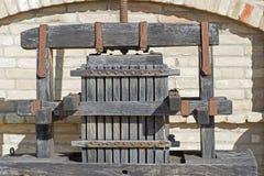 Alte Weinpresse Traditionelle alte Technik der Weinherstellung, hölzerne antike Traubenpresse Lizenzfreie Stockfotos