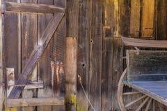 Alte weite hölzerne Westbeschaffenheiten Kaliforniens Stockbild