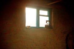 Alte Werkstatt Fenster und alte Werkzeuge Stockfoto