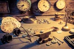 Alte Werkstatt mit Teilen Uhren und Werkzeugen Lizenzfreie Stockbilder