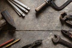 Alte Werkzeuge auf dem Tisch, copyspace Stockbilder