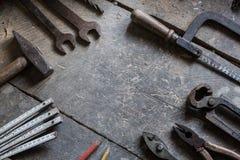 Alte Werkzeuge auf dem Tisch, copyspace Stockfotos