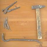 Alte Werkzeuge auf einem Holztisch stockfoto