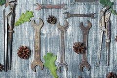 Alte Werkzeuge auf einem Holztisch Stockfotografie