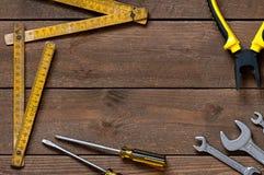Alte Werkzeuge auf Holztisch Lizenzfreie Stockfotos