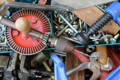 Alte Werkzeuge in einem Metallkasten Lizenzfreie Stockfotografie