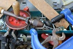 Alte Werkzeuge in einem Metallkasten Lizenzfreie Stockfotos