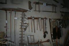 Alte Werkzeuge in einem Museum der ländlichen Kultur, Ferrere, 1.869 m, Argentera, Seealpen (28. Juli 2013) Lizenzfreies Stockfoto