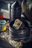 Alte Werkzeuge für Imkerei in der rustikalen hölzernen Werkstatt Lizenzfreie Stockbilder
