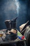 Alte Werkzeuge für Imkerei in der Werkstatt mit Honig Stockbilder