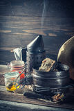Alte Werkzeuge für Imkerei mit frischem und süßem Honig Lizenzfreie Stockbilder