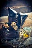 Alte Werkzeuge für Imkerei mit Honig Stockbild