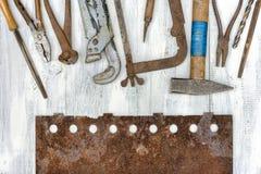 Alte Werkzeuge und rostige Blechtafel Stockbilder