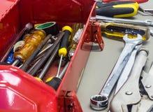 Alte Werkzeuge und roter Werkzeugkasten Stockbilder