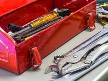 Alte Werkzeuge und roter Werkzeugkasten Stockfoto