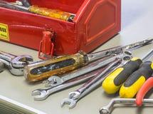 Alte Werkzeuge und roter Werkzeugkasten Lizenzfreies Stockbild